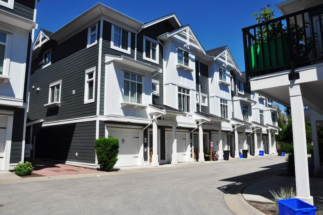 Photo 2: 24 8433 164 Street in Surrey: Fleetwood Tynehead Townhouse for sale : MLS® # R2181805