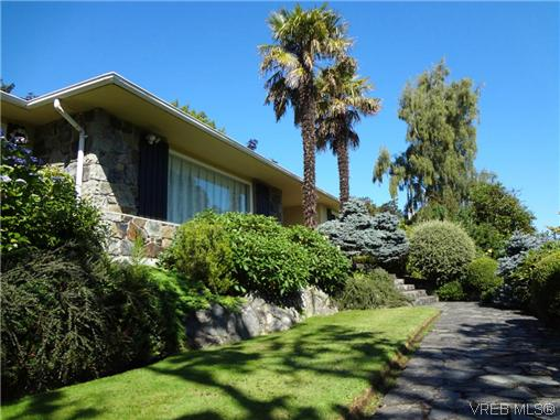 Photo 2: 3220 BEACH Drive in VICTORIA: OB Uplands Residential for sale (Oak Bay)  : MLS(r) # 313381