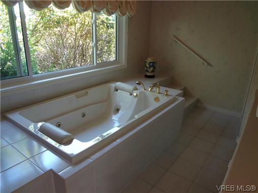 Photo 17: 3220 BEACH Drive in VICTORIA: OB Uplands Residential for sale (Oak Bay)  : MLS(r) # 313381