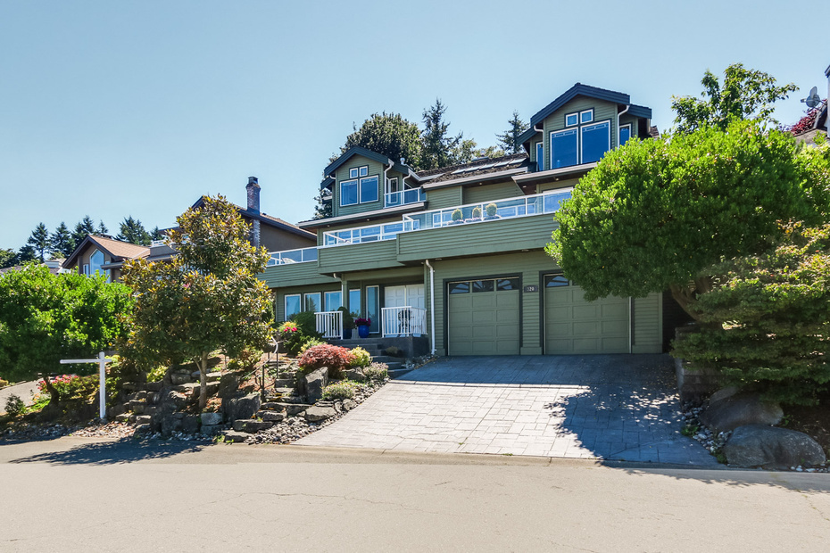 "Main Photo: 320 ROSEHILL Wynd in Tsawwassen: Pebble Hill House for sale in ""PEBBLE HILL"" : MLS(r) # V1075364"