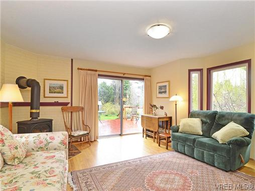 Photo 2: 966 Snowdrop Avenue in VICTORIA: SW Marigold Single Family Detached for sale (Saanich West)  : MLS(r) # 322574