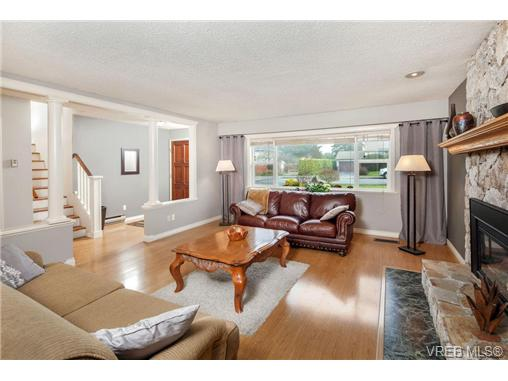 Photo 4: 2207 Edgelow Street in VICTORIA: SE Arbutus Residential for sale (Saanich East)  : MLS® # 334000