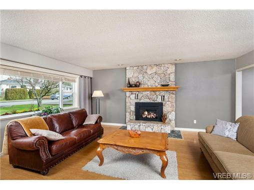 Photo 3: 2207 Edgelow Street in VICTORIA: SE Arbutus Residential for sale (Saanich East)  : MLS® # 334000