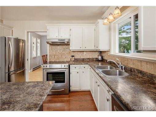 Photo 8: 2207 Edgelow Street in VICTORIA: SE Arbutus Residential for sale (Saanich East)  : MLS® # 334000