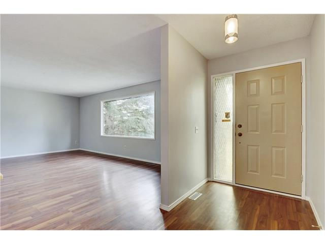 Photo 3: 6120 84 ST NW in Calgary: Silver Springs House for sale : MLS® # C4037833