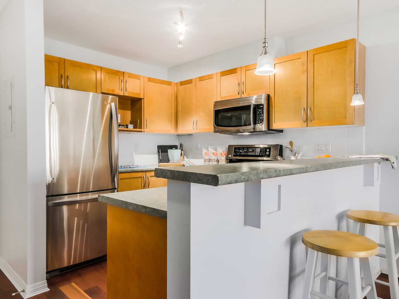 Photo 10: 109 333 E 1ST STREET in North Vancouver: Lower Lonsdale Condo for sale : MLS® # R2032321