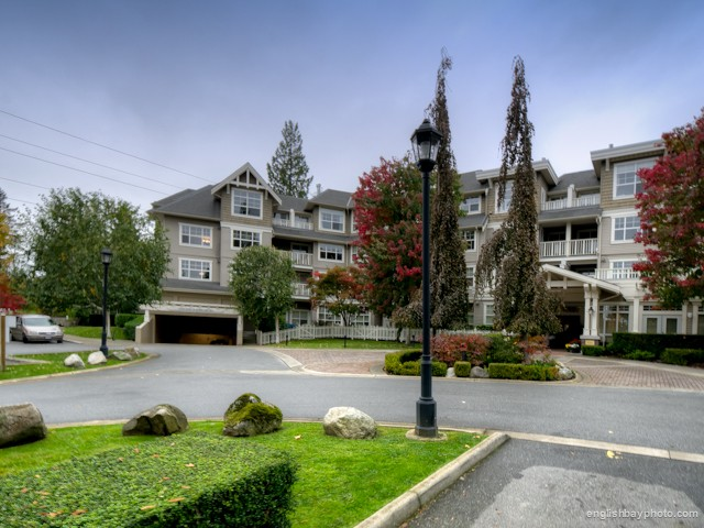 Main Photo: 312 960 LYNN VALLEY Road in North Vancouver: Lynn Valley Condo for sale : MLS® # V990743