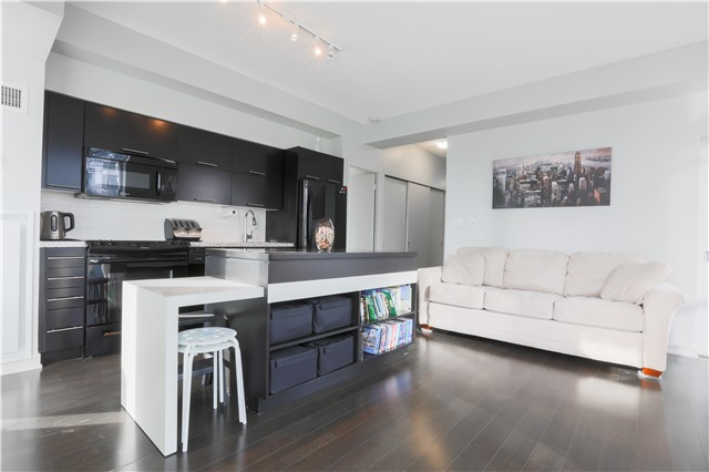 Photo 3: 126 Simcoe St Unit #1808 in Toronto: Waterfront Communities C1 Condo for sale (Toronto C01)  : MLS(r) # C3683165