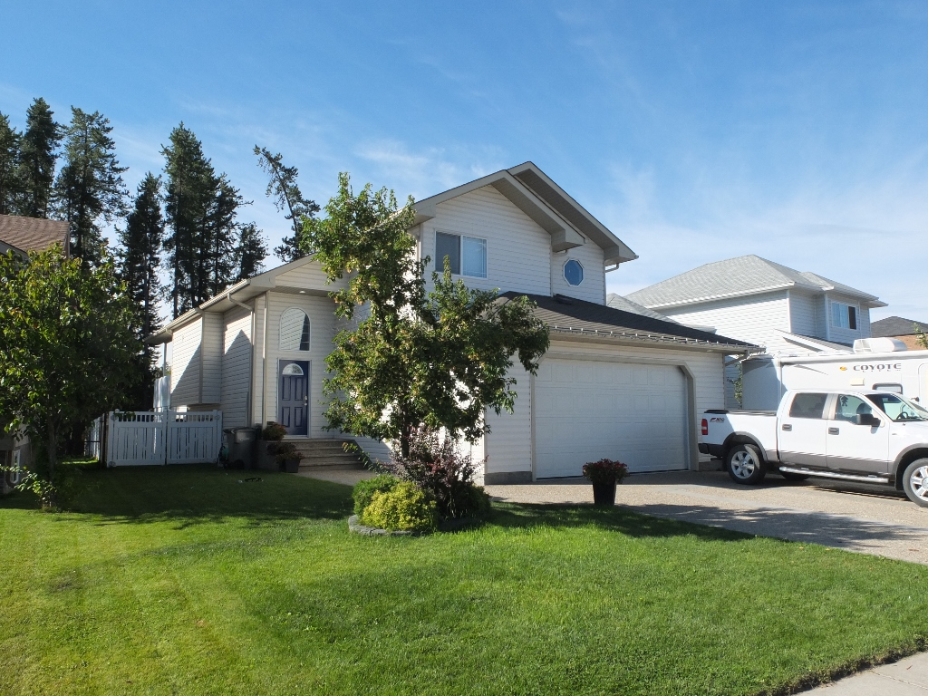 Main Photo: 7 Park Circle in Whitecourt: House for sale : MLS® # 42508