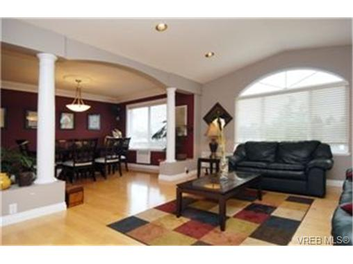 Photo 2: 4378 Viewmont Avenue in VICTORIA: SW Royal Oak Single Family Detached for sale (Saanich West)  : MLS® # 242047