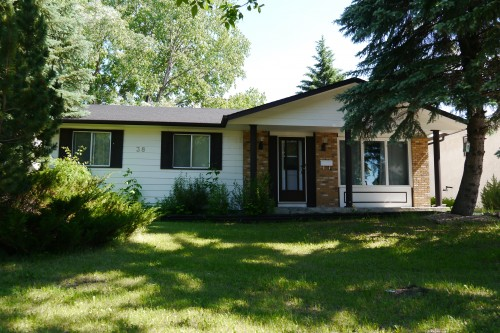 Main Photo: 38 Lakeside Drive in Winnipeg: Waverley Heights Single Family Detached for sale (South Winnipeg)  : MLS® # 1425152
