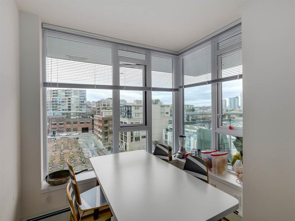 Photo 4: 802 1887 Crowe Street in Vancouver: False Creek Condo for sale (Vancouver West)  : MLS® # R2044450