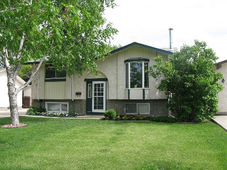 Main Photo: Gorgeous 3 Bedroom Bi-Level Home!
