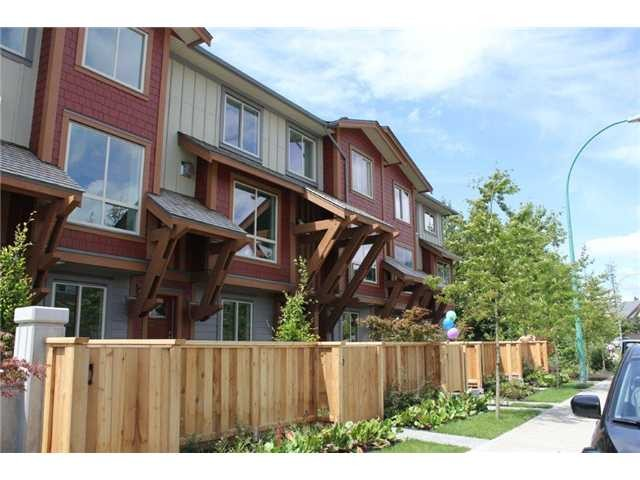 "Main Photo: 2 40653 TANTALUS Road in Squamish: VSQTA Townhouse for sale in ""TANTALUS CROSSING TOWNHOMES"" : MLS®# V985788"