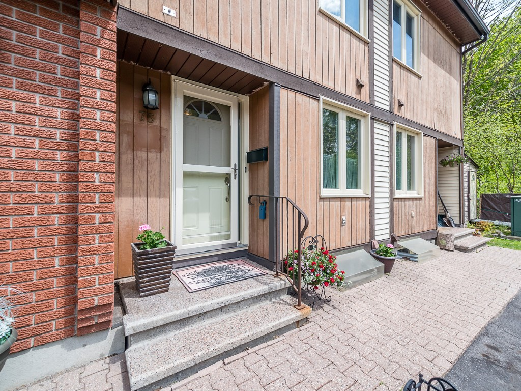 Main Photo: 75 811 Connaught Avenue in Ottawa: Queensway Terrace North House for sale : MLS® # 1025820