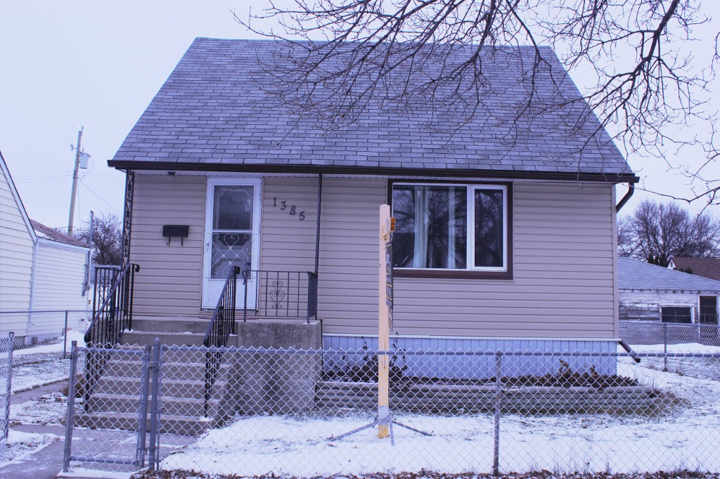 Main Photo: 1385 Manitoba Avenue in Winnipeg: North End Single Family Detached for sale (North West Winnipeg)  : MLS® # 1531782