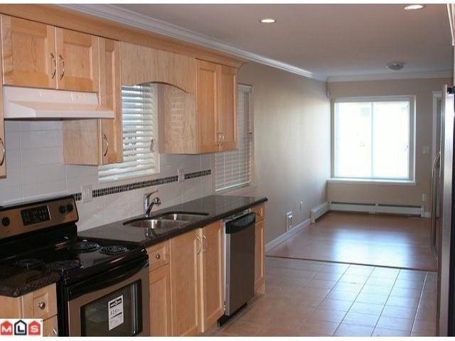 Photo 2: 9918 132 St in Surrey: House Duplex for sale : MLS® # F1104151