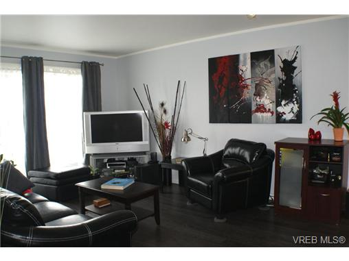 Main Photo: 410 2647 Graham Street in VICTORIA: Vi Hillside Condo Apartment for sale (Victoria)  : MLS® # 289746