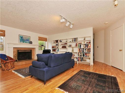 Photo 14: 1911 Quixote Lane in VICTORIA: Vi Fairfield East Residential for sale (Victoria)  : MLS(r) # 318957