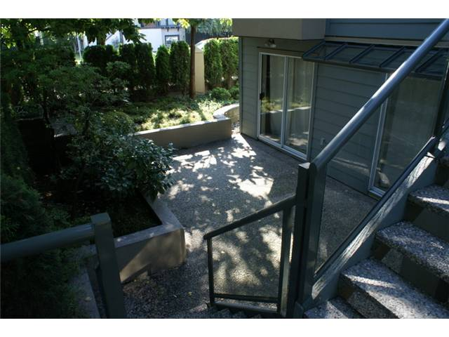 "Photo 2: 918 W 14TH Avenue in Vancouver: Fairview VW Townhouse for sale in ""Fairview Court"" (Vancouver West)  : MLS® # V964257"