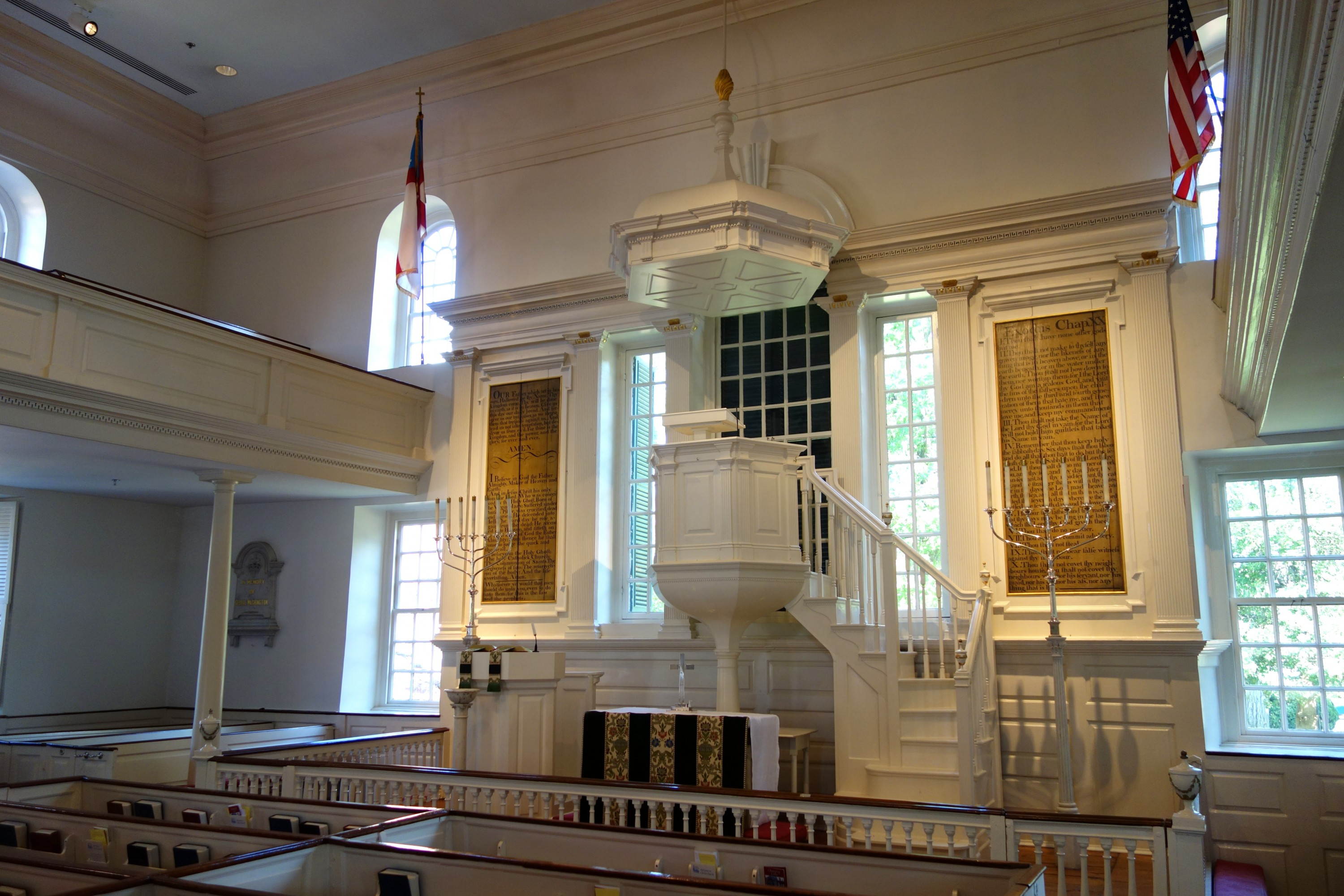 Interior of Christ Church. On the well to the left of the alter can be seen a memorial plaque to George Washington. Image courtesy Wikimedia Commons.