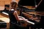 Clases-de-piano_chica_al_piano
