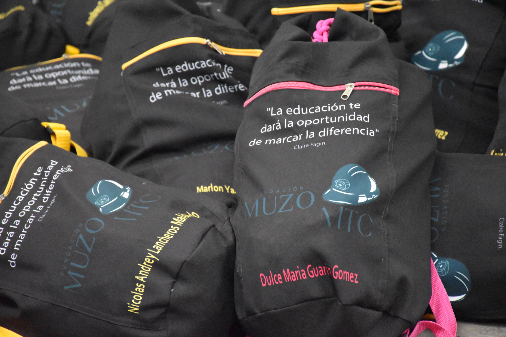 Quinta entrega de kits escolares a estudiantes