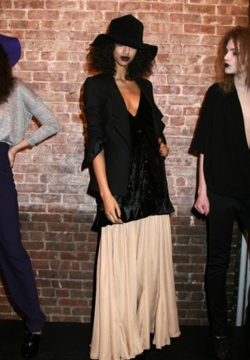 Fashion Week Fall 09 Catherine Holstein - Brunette, 3a, Kinky hair, Female, Curly hair, Fashion Week, Fall 2009 Collections hairstyle picture