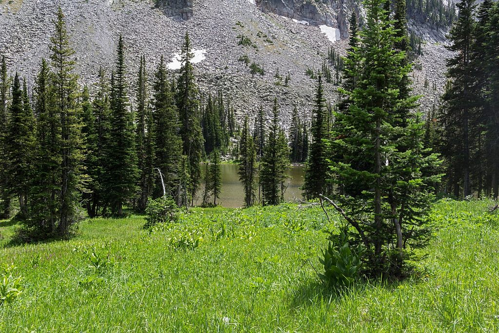 Lower Twin Lake. There appears to be some reasonable campsitesin the area.