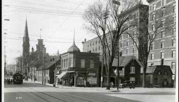 Vue de la rue Elgin, en direction nord, au coin de l'avenue Laurier. 7 mai 1929. Archives de la Commission du district fédéral. Source : Bibliothèque et Archives Canada (e999908758-u)