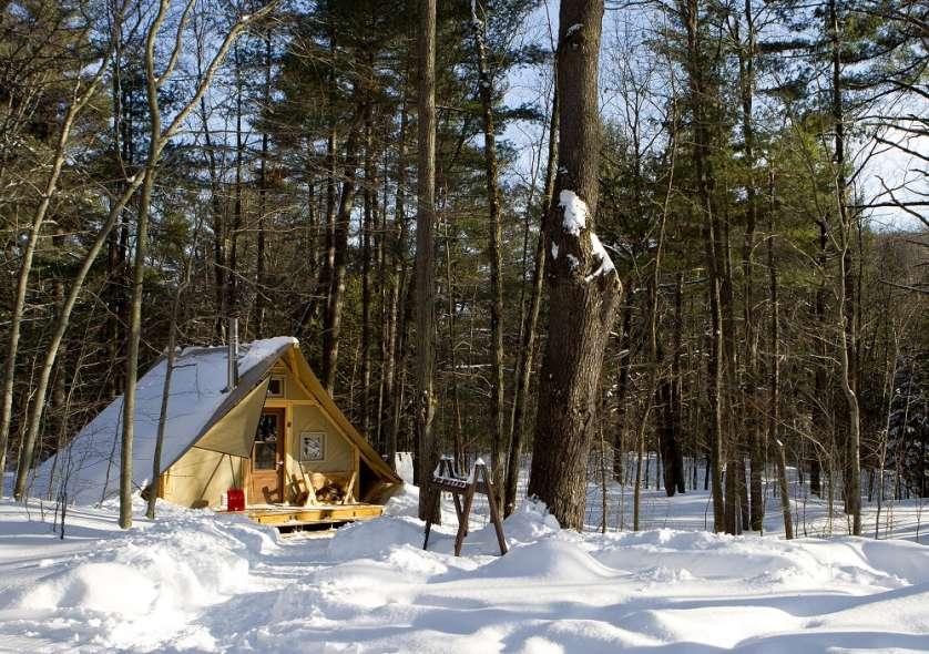 On accède aux tentes 4 saisons  à ski ou en raquettes.