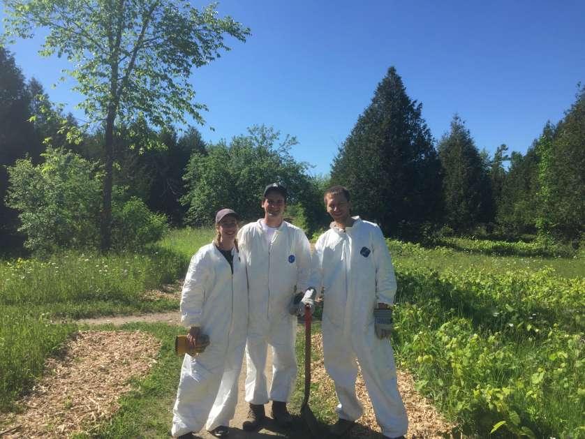 La biologiste étudiante Laura Haniford, Roman Kryuchkov, Ph. D. (Université d'Ottawa) et moi-même en train de mener un projet de recherche sur les tiques au début de l'été