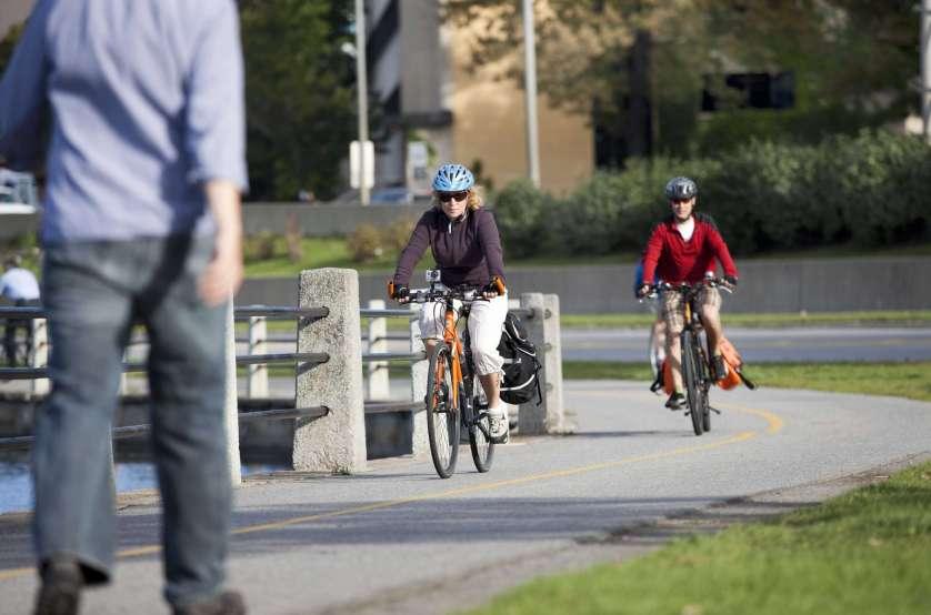 Cycliste sur le sentier