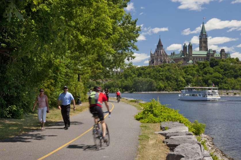 Cyclistes et marcheurs partagent les sentiers polyvalents en été.