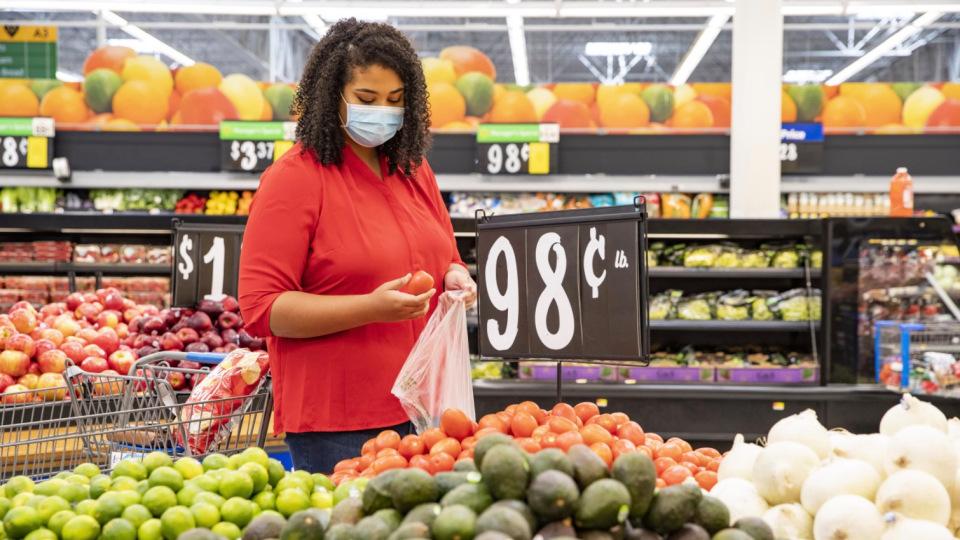 Walmart hace obligatorio el uso de mascarilla en sus tiendas en EEUU