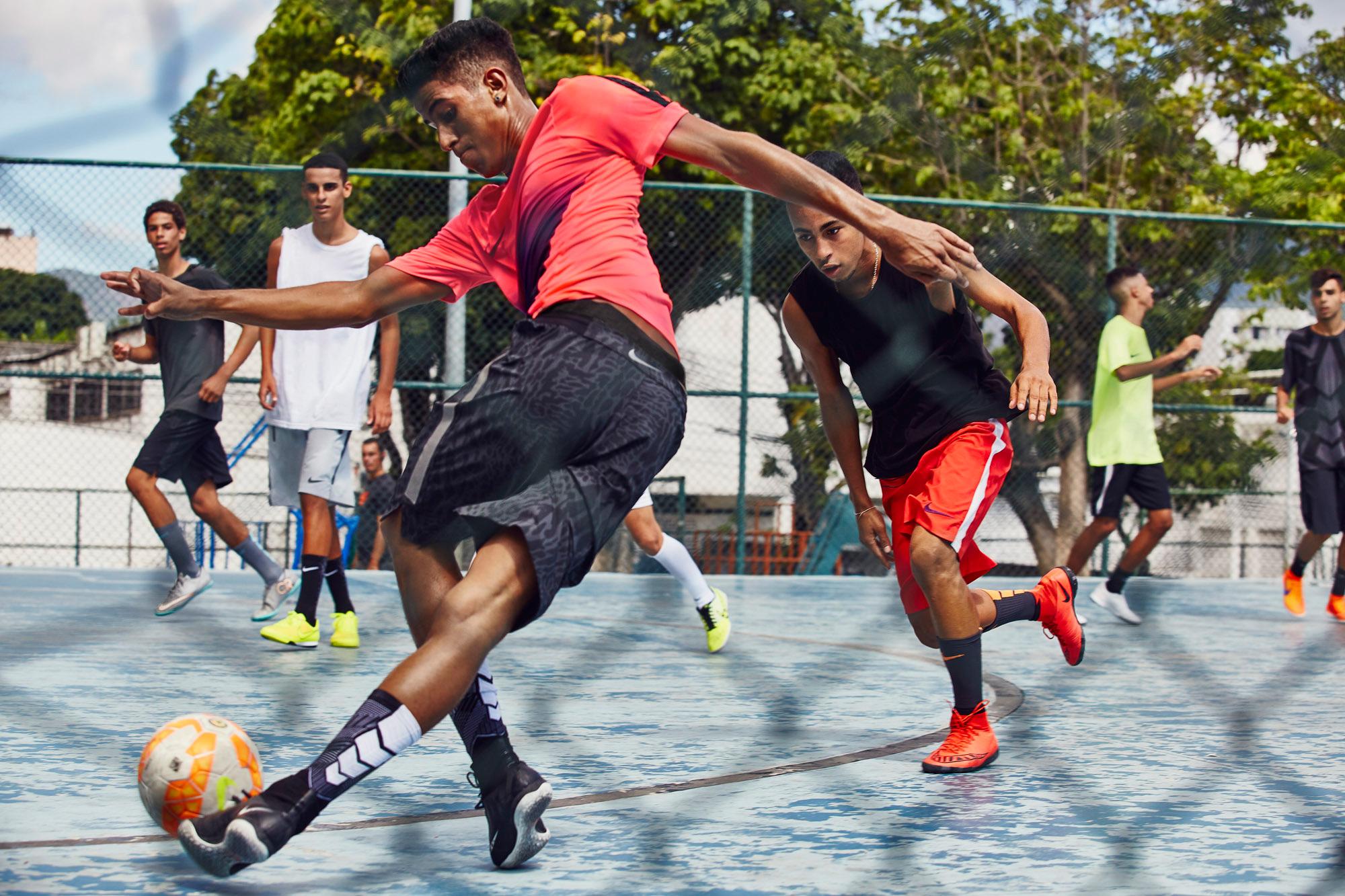 """... as mesmas vantagens de desempenho que a Nike Magista e a Nike Mercurial  proporcionam, mas com solados específicos para este tipo de jogo"""", diz Max  Blau, ..."""