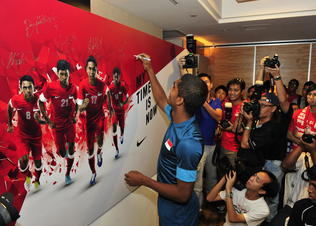 Aff_debutant_hariss_harun_signs_message_board_preview