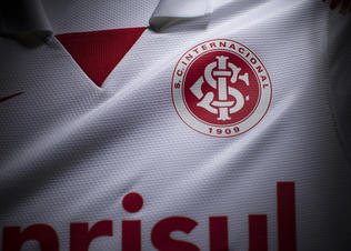 Nike_futebol_internacional_away_distintivo2_preview