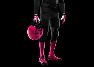Ncaa_fb13_uniforms_oregon_holdinghelmet_0013_original_preview