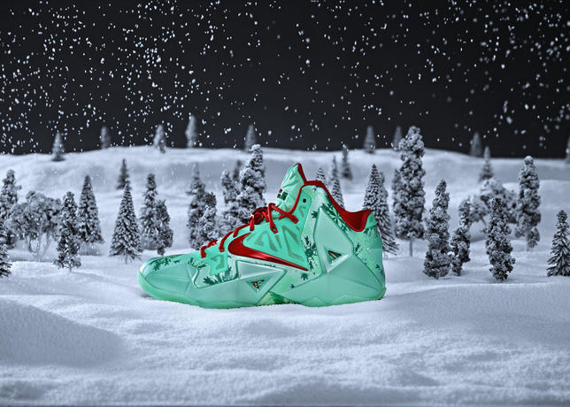 Nike_bball_xmas_lbjxi_hero_snow_large
