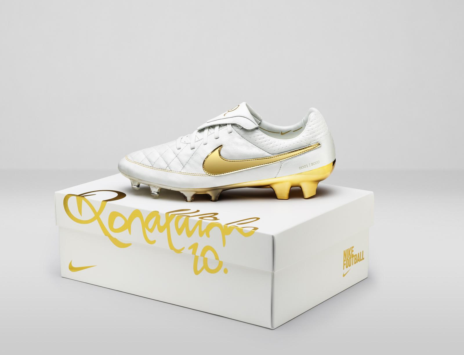 Nike_Football_Ronaldino_Tiempo_Gold_BOX_hero_native_1600.jpg?1437421921