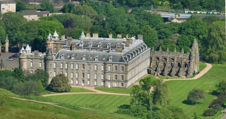 Edinburgh_Holyrood_Palace_from_Arthur's_Seat_04 (1)
