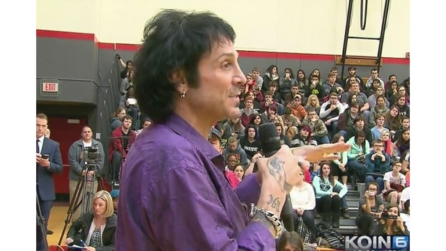 Deen Castronovo presenting donation at South Albany High School (KOIN 6)_145164