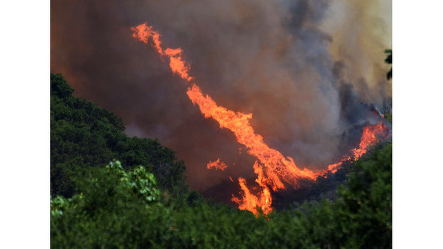 Thousands flee wildfires burning in US, Canada