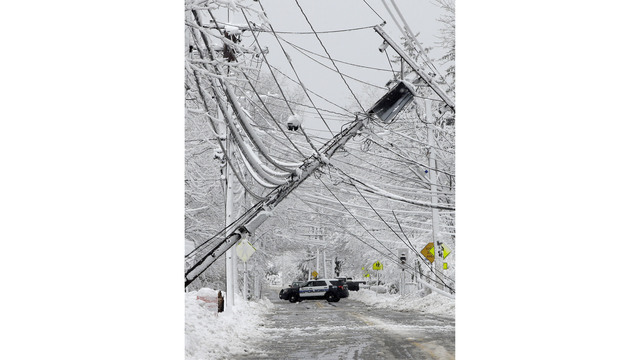 Winter storm dumps snow and knocks out power on US East Coast