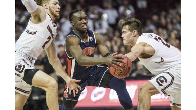Auburn starter McLemore taken off court on stretcher