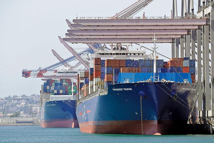 Tàu chở hàng nhập khẩu tại cảng Long Beach, California, Mỹ