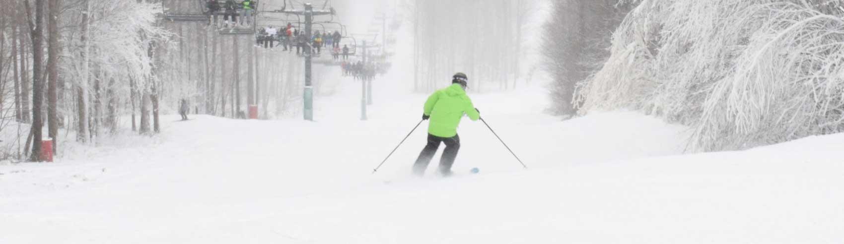 powder-skiing-along-the-lift