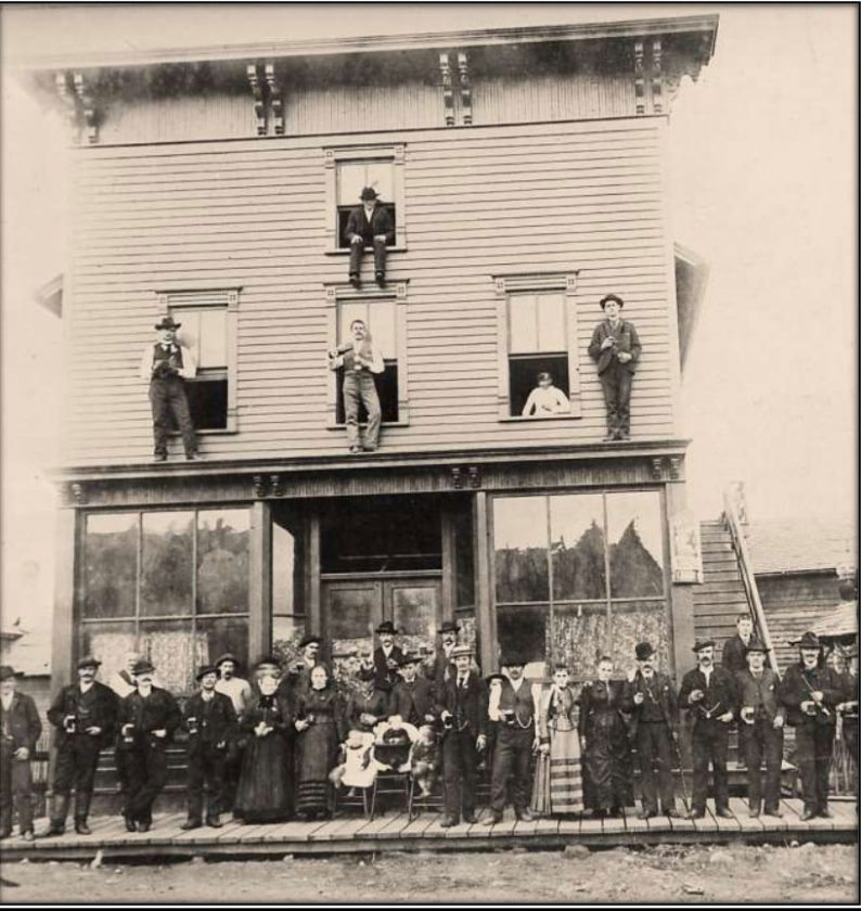 Patrons of the Pipp & Tondini  Saloon at  622  Millie  St. in Iron Mountain posed for the photographer in about 1907. (Menominee Range Historical Museum)