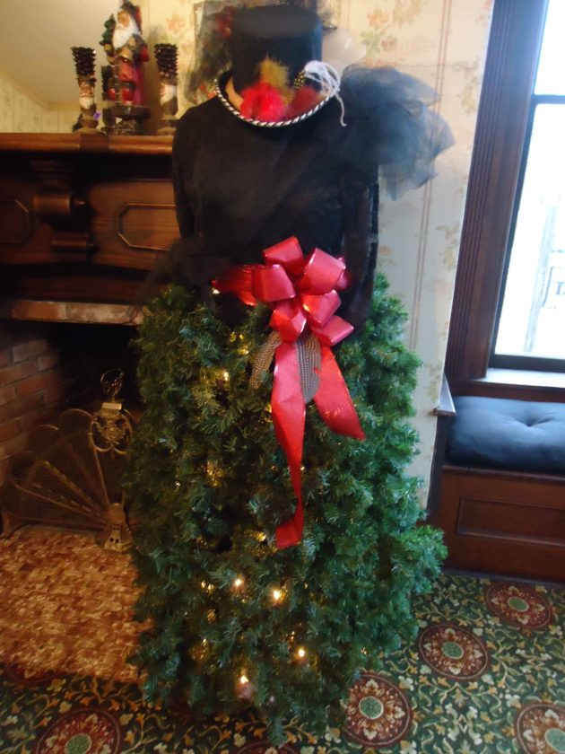 Dress Form trees An alternative Christmas tree can be made with a dressform. The base, or skirt, can be made out of artificial greenery, such as the one made by Julie Davey on display at the Dickens Welcome Center in Cambridge, or simple tinsel and garland, such as one displayed in a Marietta home.